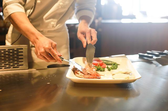 Restaurante onde o cliente cozinha: vale a pena apostar em um?